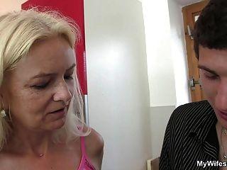 पत्नी में आती है और उसकी माँ और पति कमबख्त देखता है