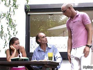 बूढ़े आदमी के साथ युवा जीएफ धोखा दे