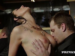 एलेक्सिस क्रिस्टल एक Orgy में उसके गुदा कौमार्य खो देता है