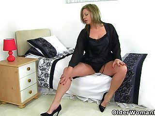 ब्रिटिश एमआईएलए रेशमी जांघों Lou उसे परिपक्व योनी रगड़
