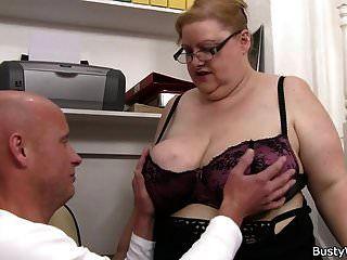 चश्मे में बड़े स्तन महिला अपने डिक की सवारी करता है