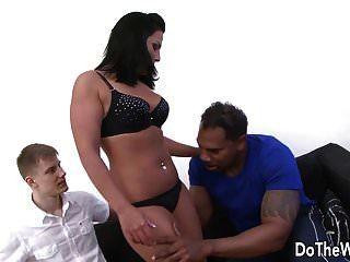 श्यामला पत्नी टिफ़नी उसे गधे में बड़ा काला मुर्गा लेता है