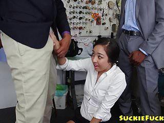 Threeway गड़बड़ एशियाई बेब मुँह में सह हो जाता है