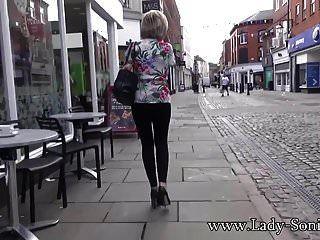 ब्रिटेन एमआईएलए सोनिया सार्वजनिक रूप से अपने स्तन दिखाती है और डिक बेकार करती है