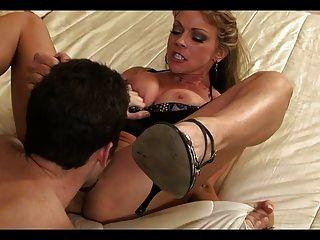 बेडरूम में जवान आदमी के साथ परिपक्व गर्म माँ