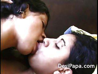 भारतीय लड़कियों को भावुक चुंबन