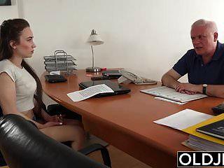 युवा लड़की कार्यालय में बूढ़े आदमी द्वारा गड़बड़ गहरी