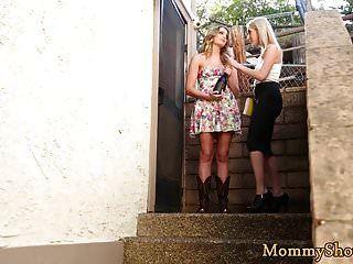 बूटीवाला समलैंगिक सौतेली माँ सुखदायक हो जाता है