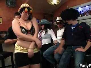 गलफुला पार्टी लड़कियों Bbw बार में नग्न मिलता है