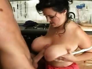 Busty परिपक्व माँ उसे बड़े स्तन पर दो बार सह बनाता है