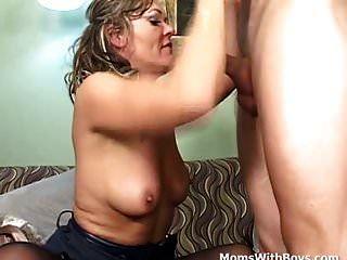 माँ एक युवा मुर्गा कमबख्त तनाव जारी करता है