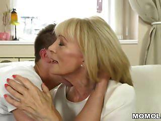 बूढ़ी औरत अपने छोटे प्रेमी के साथ गहरी बकवास का आनंद लेती है