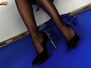 मालकिन एलेक्सिया आपको पैरों और स्ट्रैपॉन के साथ एक सबक देती है