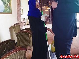 अरब मुश्लिम चेहरे से पहले हिजाब में गड़बड़