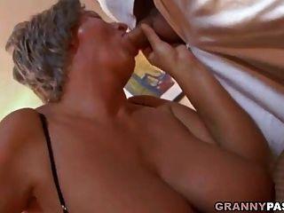 Busty नानी युवा लड़के को उसके बड़े स्तन