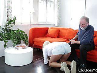 पुराने चला जाता है युवा मिठाई गोरा अपने पुराने शिक्षक के लिए आता है