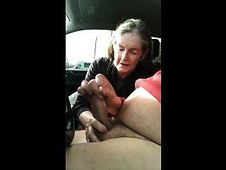 दादी कार में बेकार है