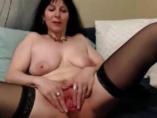 बूढ़ी औरत ने एक बुरे लड़के के लिए अपनी चूत को खोला