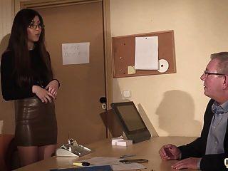 सचिव ने सहकर्मी को डेस्क के नीचे पुराने मालिक को पकड़ा
