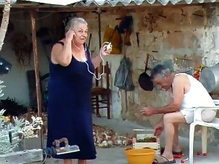 बीबीडब्ल्यू इतालवी दादी बकवास करने के लिए दादा को बुलाती है