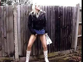 सार्वजनिक सड़क में पेशाब करती हुई काली पैंटी में गर्म गोरा अपस्कर्ट