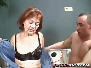 बालों वाली दादी उसे युवा डिक से भर जाता है