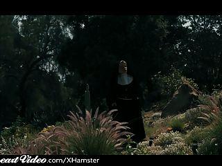 बस्टी लेज़्बीयन Nuns खाओ बिल्ली के रूप में बहन चुपके से देखता है