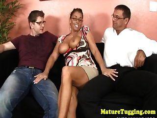 सेक्सी परिपक्व सोफे पर दो लंड Tugging