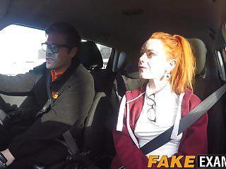 युवा रेडहेड स्लट पुसी की जांच पर उसके ड्राइविंग टेस्ट