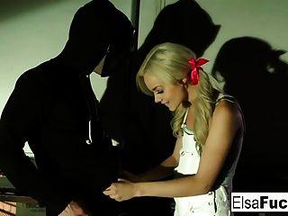 निर्दोष एल्सा एक गली में एक नकाबपोश अजनबी बेकार है