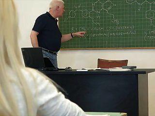 कॉलेज के छात्र कक्षा कट्टर में अपने प्रोफेसर को बकवास करते हैं