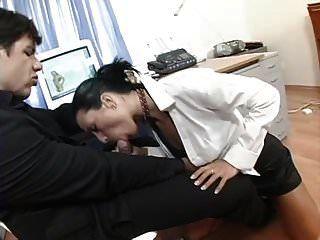 एक बड़े गधे के साथ सुंदर सचिव बकवास करने के लिए प्यार करता है