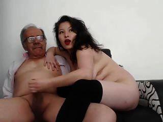 एक जवान औरत ने एक बूढ़े व्यक्ति का हस्तमैथुन किया और वह समाप्त हो गया