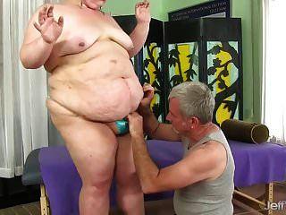 मोटी औरत वेल्मा वूडू एक गंदी योनी मालिश प्राप्त करता है