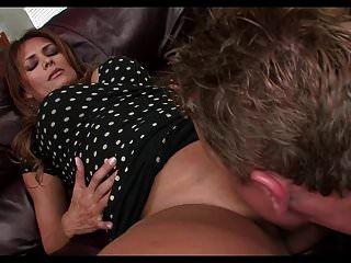 सोफे पर बड़े गोल गधे के साथ एमआईएलए