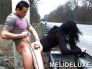 मेलडिसन जर्मन लड़की राजमार्ग पर अनर्गल बकवास करती है