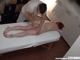 रेडहेड गर्ल मालिश करने वाली को उसकी गांड चोदने देती है
