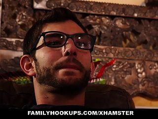 Familyhookups सौतेली माँ को बहला-फुसलाकर सौतेला बेटा बना देता है