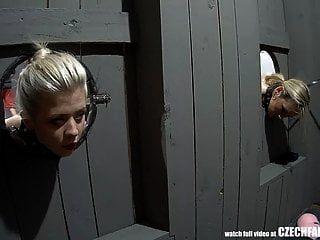 महिमा छेद में अपने मुर्गा पर इंतज़ार कर बंधे लड़कियों